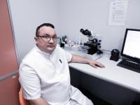 врач венеролог проводит микроскопию мазка
