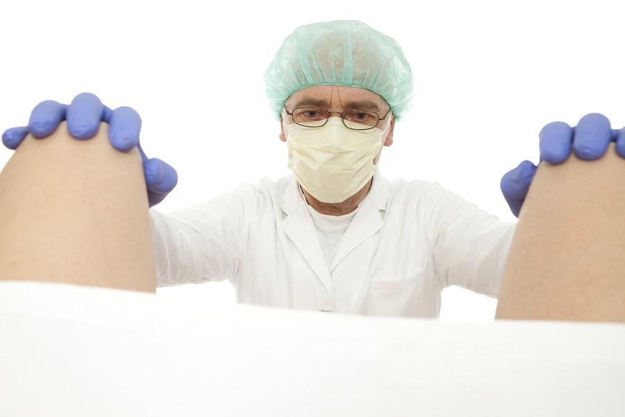 дерматовенеролог осматривает на кресле