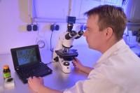 лаборант за микроскопом