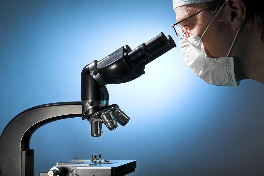 врач изучает урологический мазок